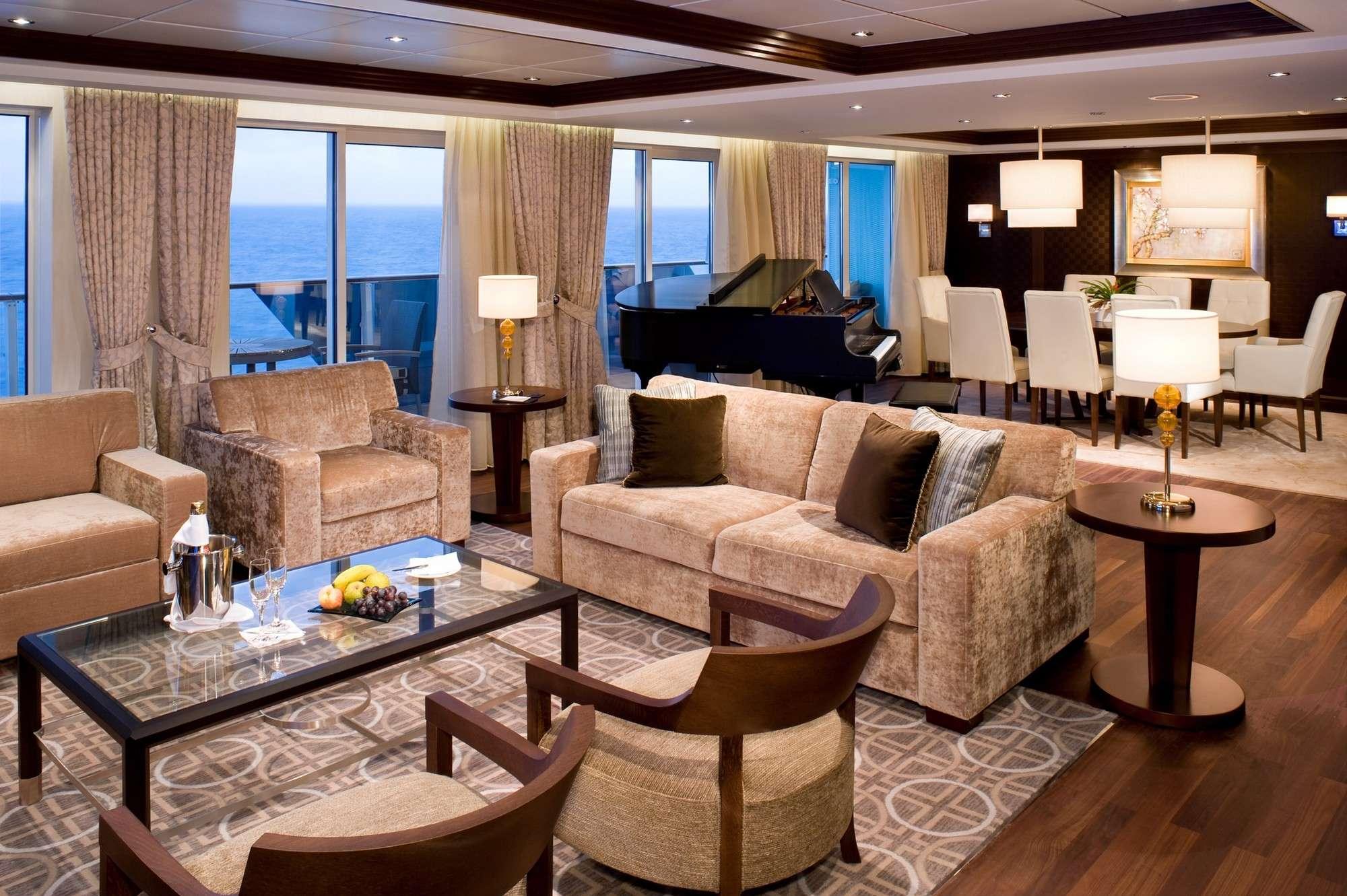 Suítes Penthouse, Celebrity Cruises - Essas suítes podem ser encontradas nos navios da classe Solstice da companhia Celebrity Cruises. Elas possuem uma cobertura impressionante de 119 m² e varandas de 39 m², além de uma sala de jantar para até oito pessoas. As suítes têm piscina de hidromassagem externa, uma sala de estar com móveis de plumas, piso de madeira de lei, TV de LCD e um piano. O quarto é equipado com uma cama king-size e pia dupla de mármore, chuveiro e banheiras Foto: Celebrity Cruises/Divulgação