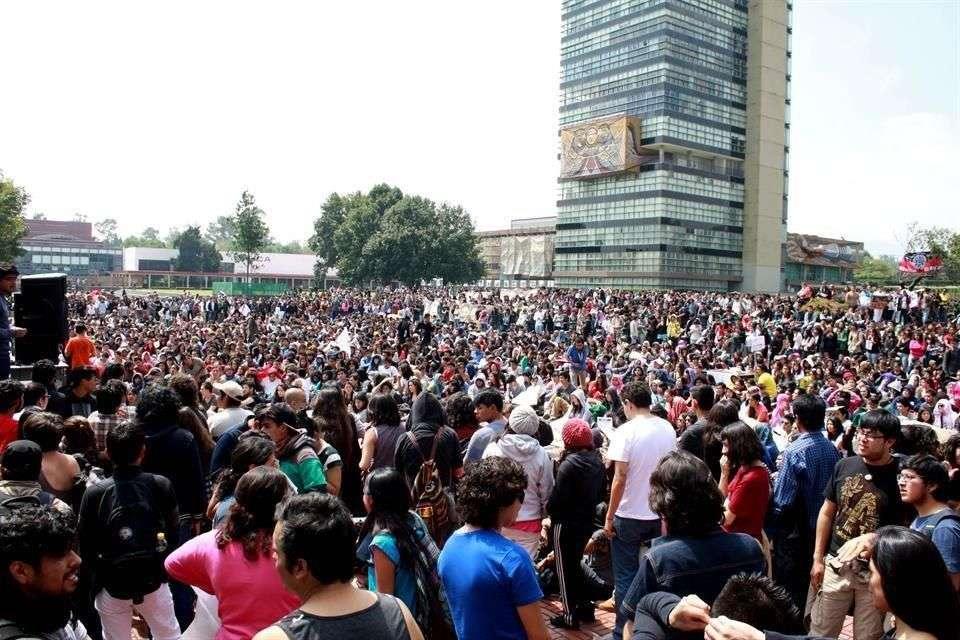 En Ciudad Universitaria, de la UNAM, alumnos de algunas facultades, como la de Psicología, informaron que será hasta después de las 20:00 horas que se determine si se suman al paro. Foto: Reforma/Armando Vázquez