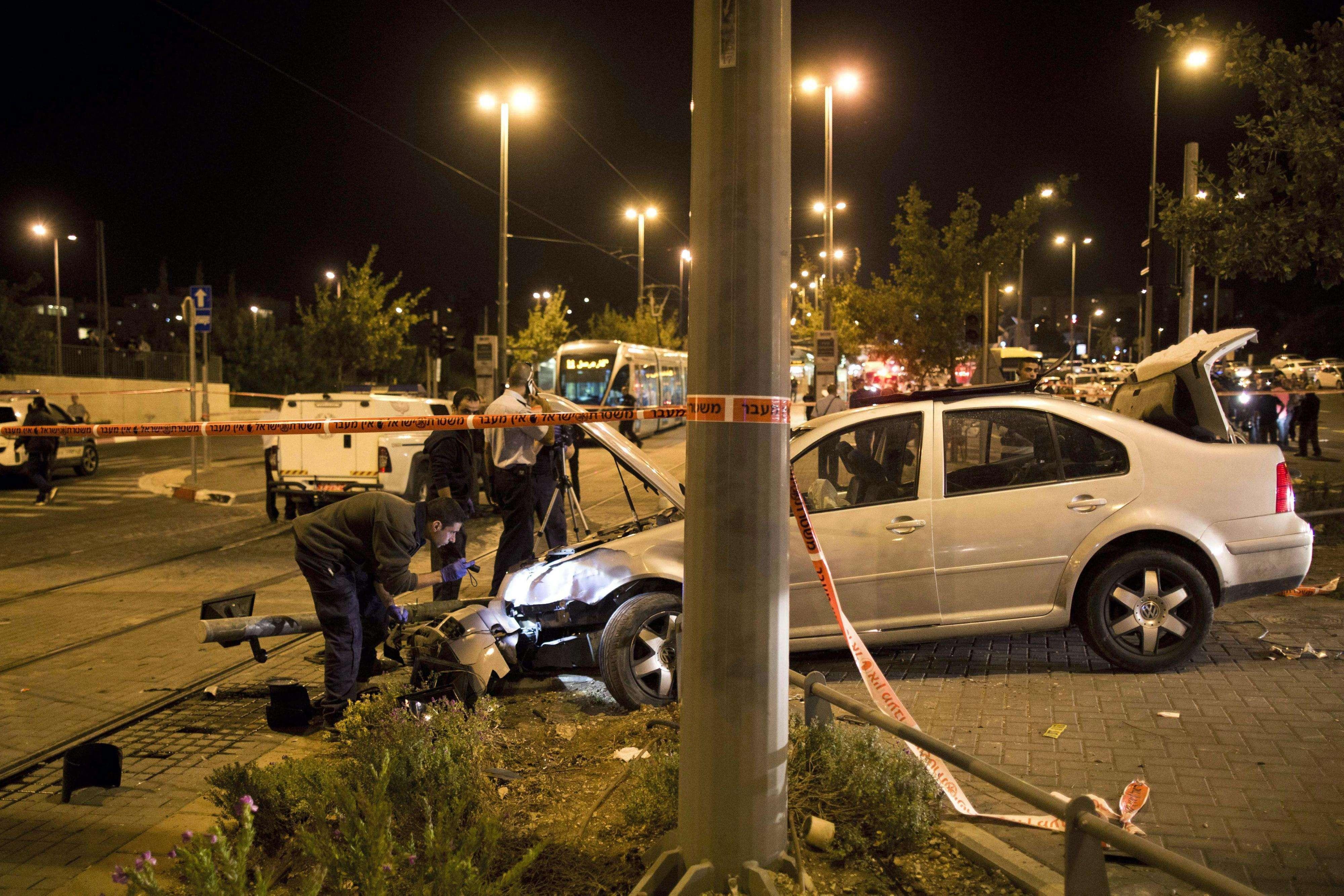 Policías israelíes examinaron el vehículo en el lugar donde éste embistió a un grupo de personas, lo que se cree fue un ataque terrorista. Foto: EFE en español