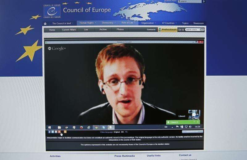 "Accused government whistleblower Edward Snowden is seen on the computer screen of a journalist on the internet site of the Council of Europe, as he speaks via video conference with members of the Committee on legal Affairs and Human Rights of the Parliamentary Assembly of the Council of Europe during an hearing on ""mass surveillance"" in Strasbourg, April 8, 2014. Foto: Vincent Kessler/Reuters"