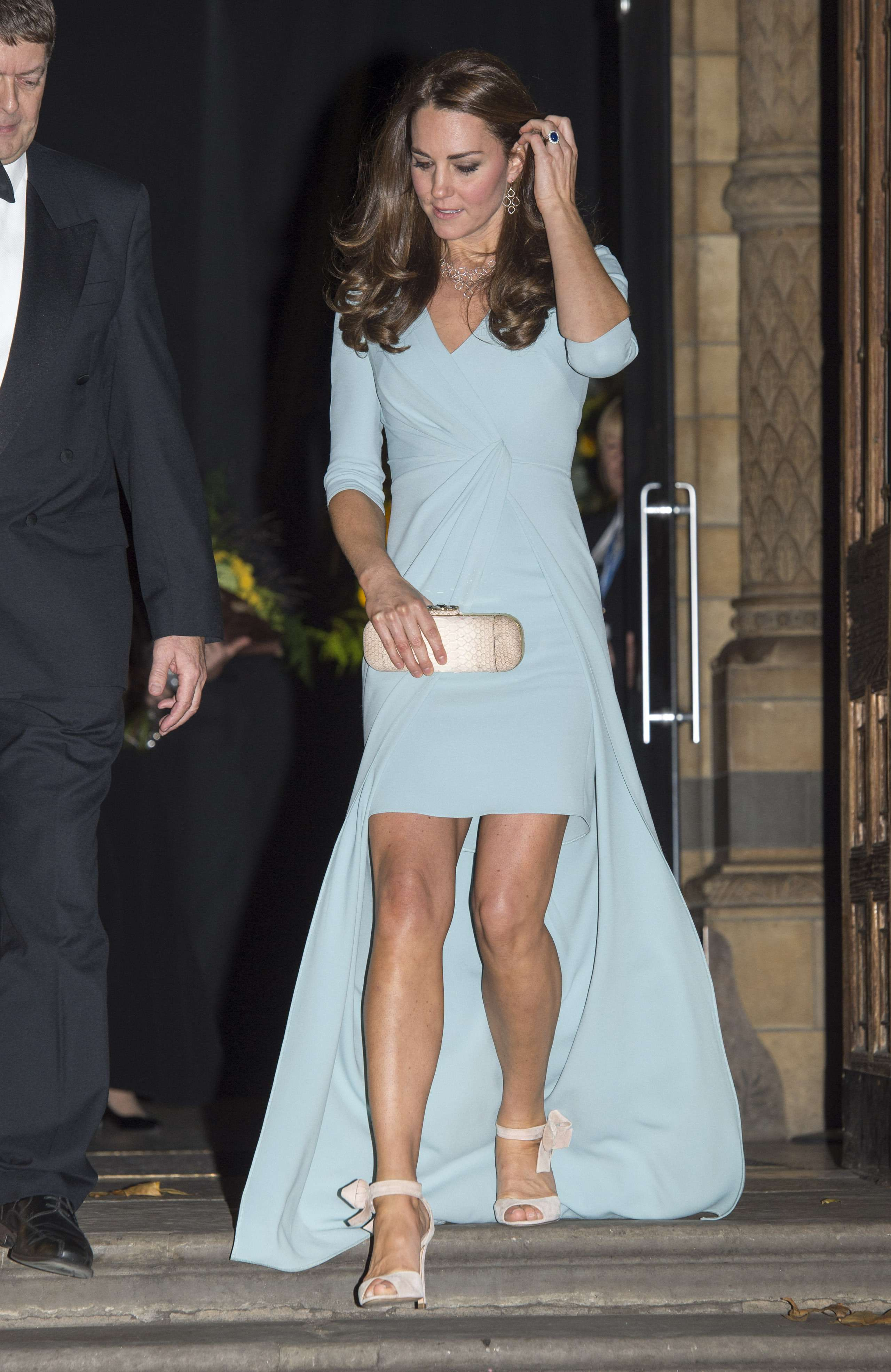 Kate Middleton acudió este martes al Museo de Historia Natural con un Jenny Packham azul hielo presumiendo de piernas y disimulando su todavía casi inapreciable tripa de embarazada. Foto: Gtres
