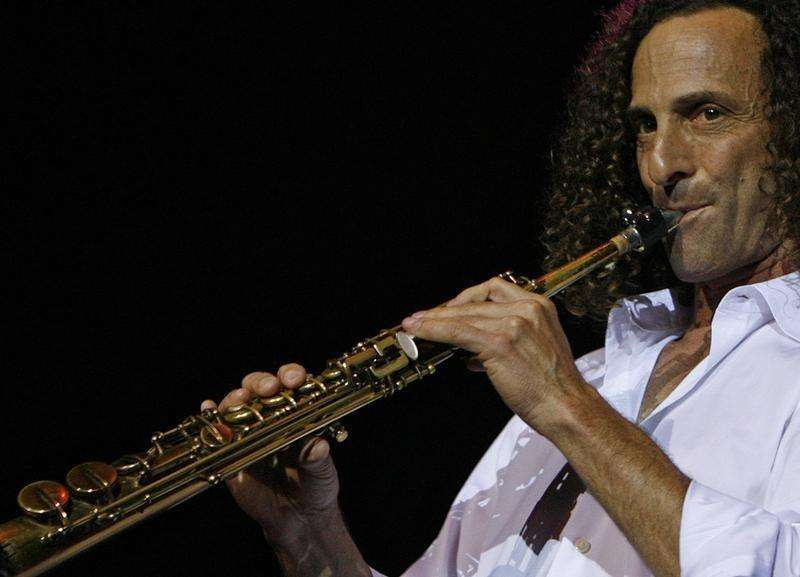 "U.S. jazz musician and saxophonist Kenneth Gorelick, also know as Kenny G, performs during a concert in Hong Kong as part of his ""Rhythm and Romance"" world tour May 9, 2008. Foto: Victor Fraile/Reuters"