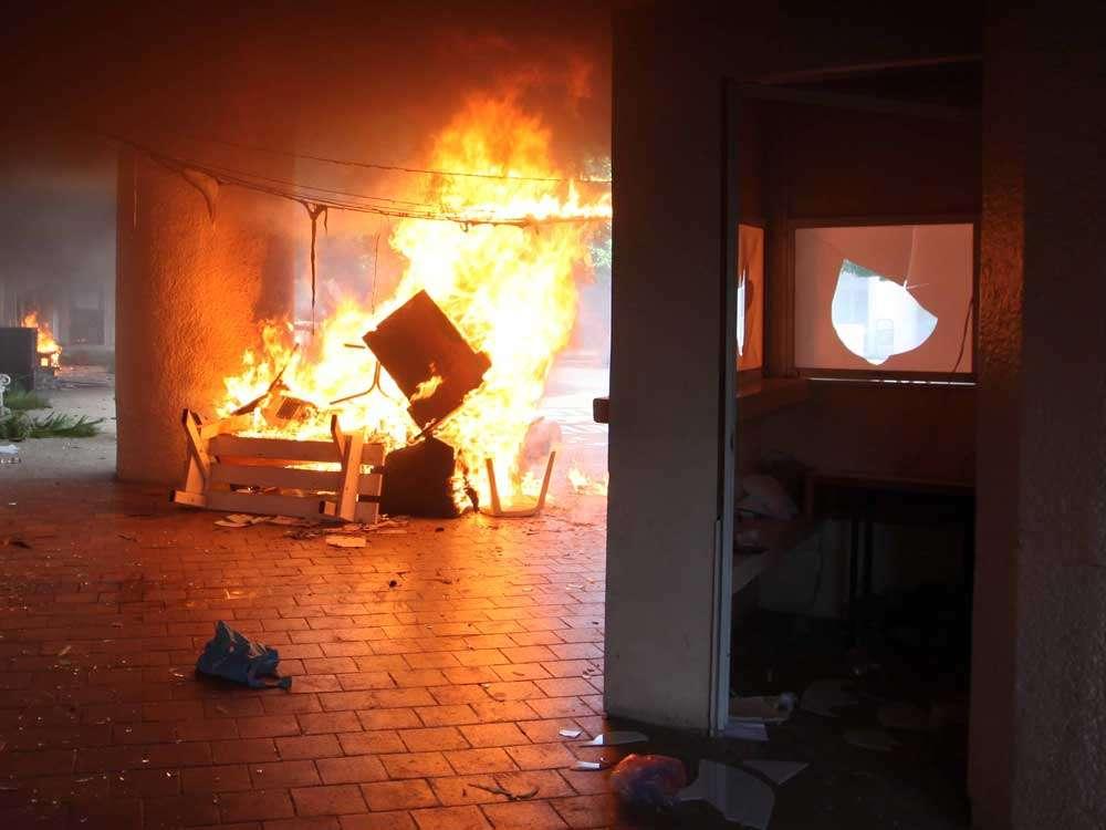 El mobiliario, apilado, ardió en la sede de la alcaldía. Foto: Terra