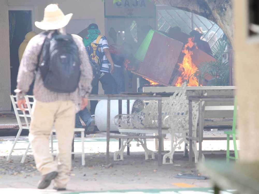 Al ataque con palos de madera, siguió la quema de muebles. Foto: Terra