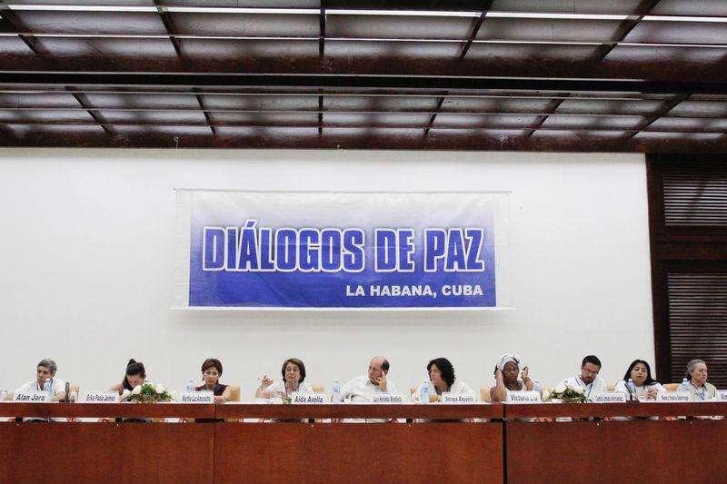Víctimas del conflicto armado en Colombia asisten a una conferencia de diálogos de paz entre las FARC y el gobierno colombiano en La Havana. Imagen de archivo, 2 octubre, 2014.Al menos seis jefes de las FARC viajaron a Cuba para vincularse a la negociación de paz que mantiene desde hace dos años el grupo rebelde con el Gobierno de Colombia, que ordenó suspender operaciones militares en tres zonas del país para facilitar la salida, informaron el martes fuentes cercanas al proceso. Foto: Stringer/Reuters