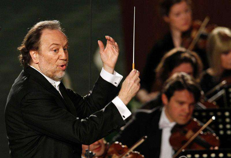 Italian conductor Riccardo Chailly directing the Leipzig Gewandhaus Orchestra during a concert for then Pope Benedict XVI on the occasion of Pontiff's 85th birthday celebrations in Paul VI hall at the Vatican, in this April 20, 2012 file photo. Foto: Tony Gentile/Reuters