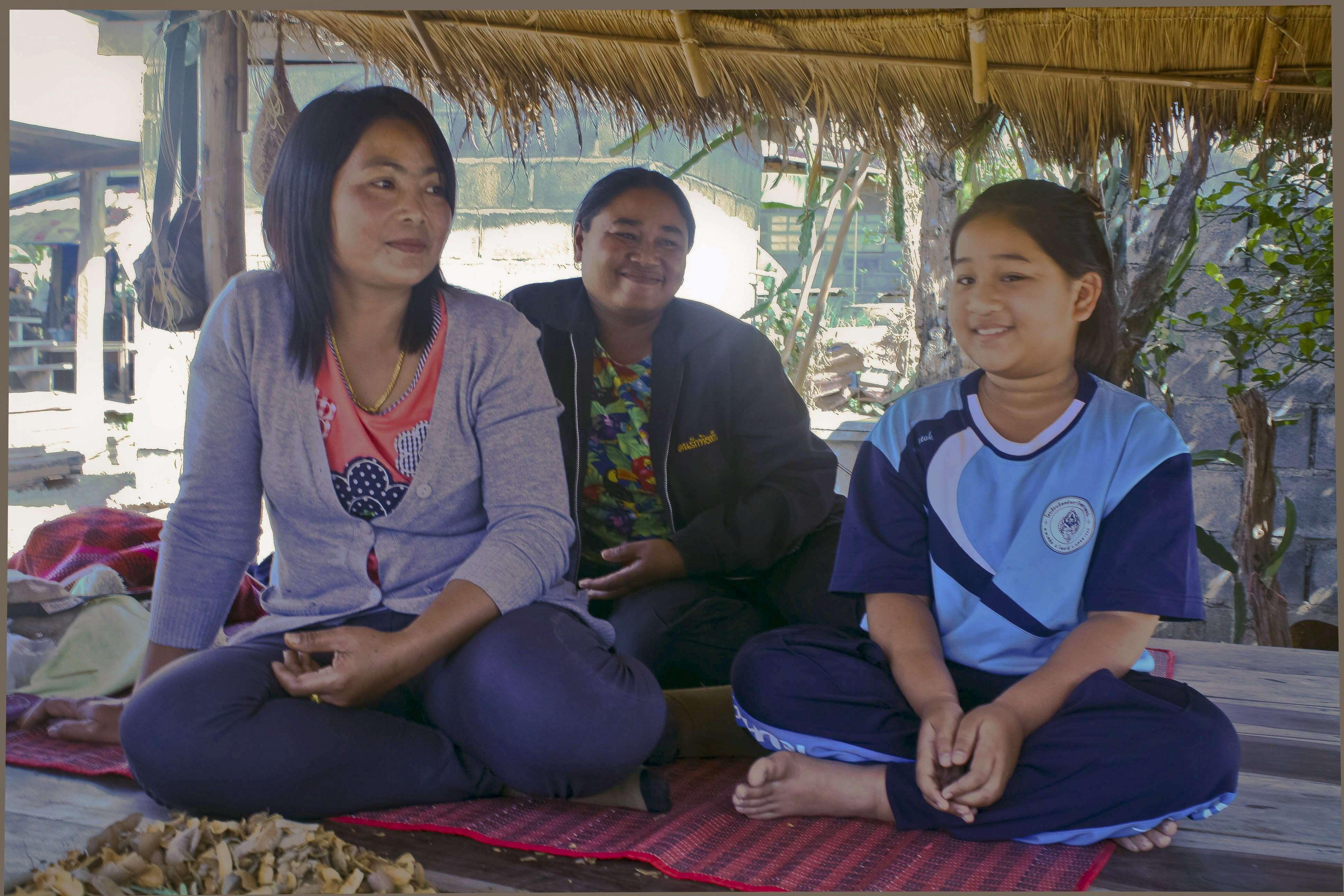 En la imagen, Moowan (d), una niña tailandesa, con la que, según ella, fue su familia en su anterior vida. En sus primeros años de vida, Moowan se reveló a su vecina como su abuela renacida y le contó detalles personales sobre su pariente fallecida Foto: Gaspar Ruiz-Canela/EFE