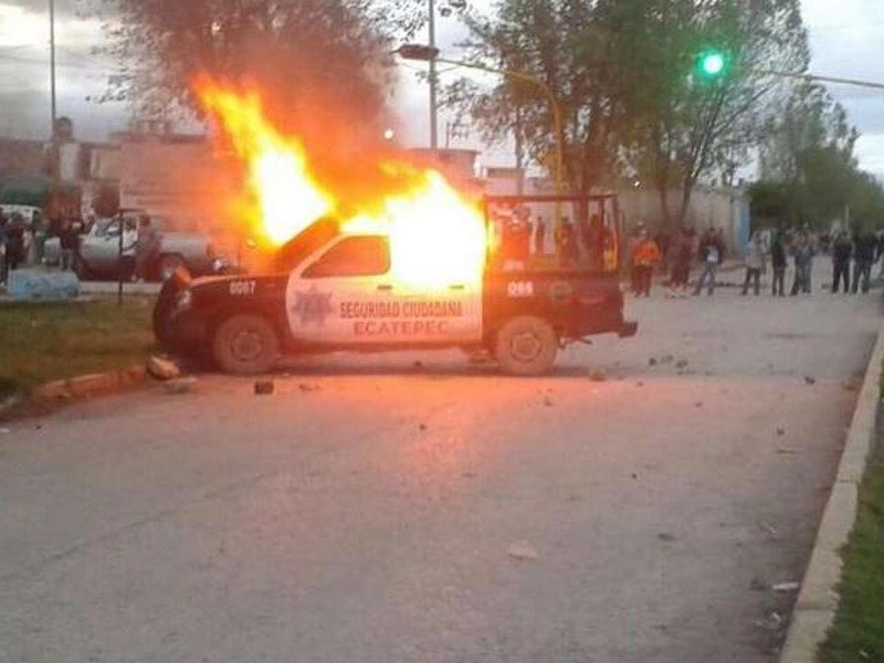 Vecinos de la Colonia Potrero del Rey, en Ecatepec, Estado de México, quemaron dos patrullas, un vehículo del Ayuntamiento y una oficina de la Policía municipal, luego que la Marina se llevó a 2 presuntos secuestradores que habían detenido. Foto: @IvanSanchezV