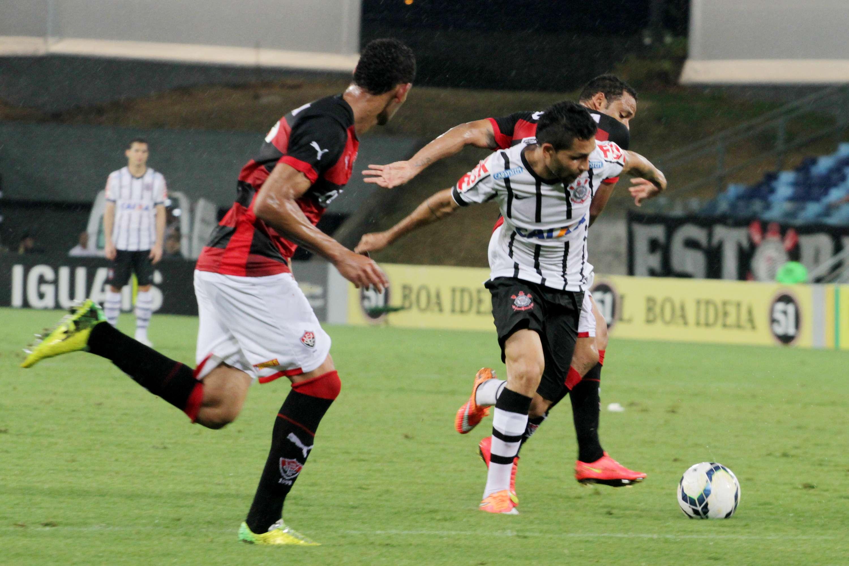 Petros em ação em duelo do Corinthians contra Vitória Foto: Chico Ferreira/Futura Press