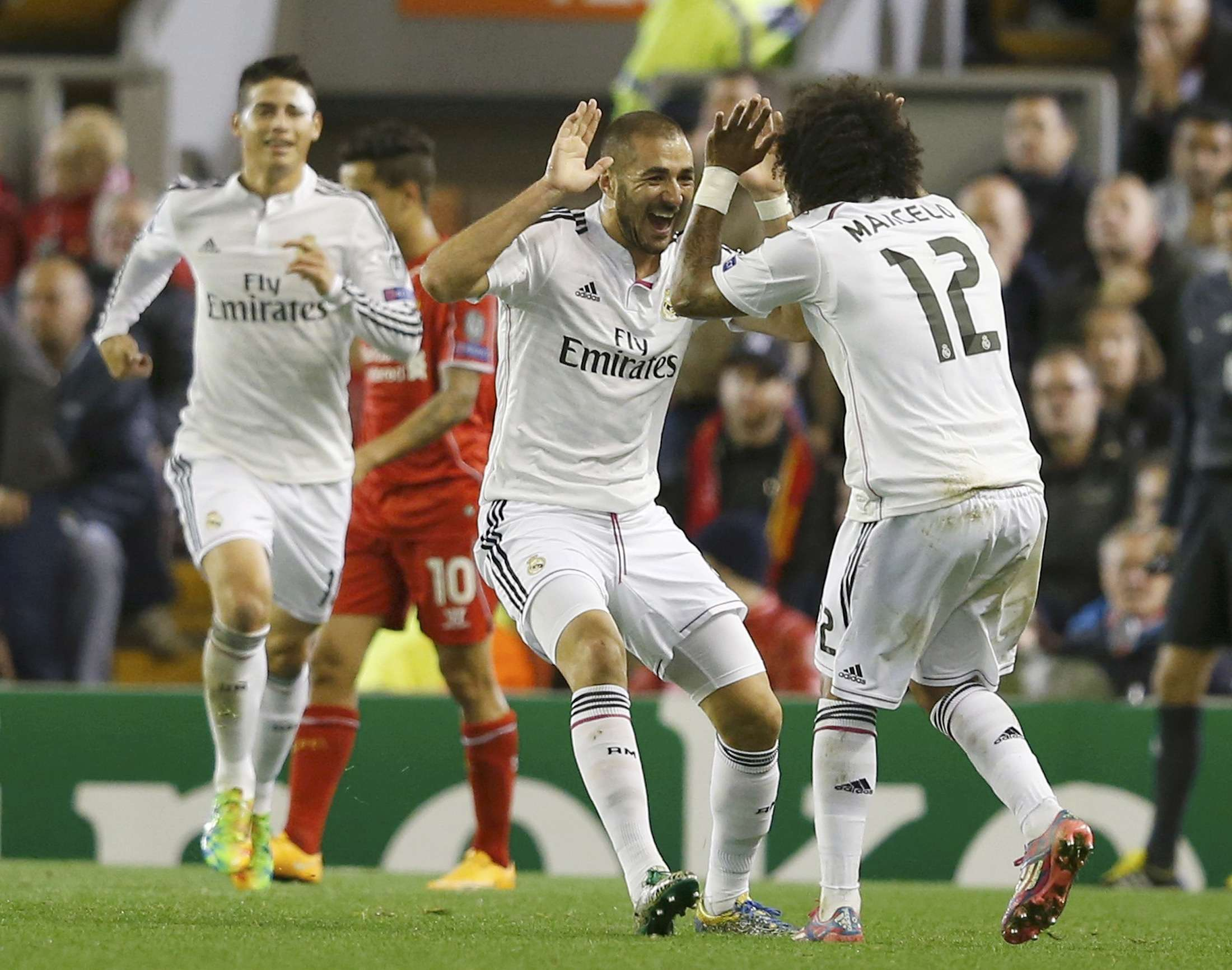 Jogadores do Real Madrid fazem festa no gol de Benzema Foto: Phil Noble/Reuters
