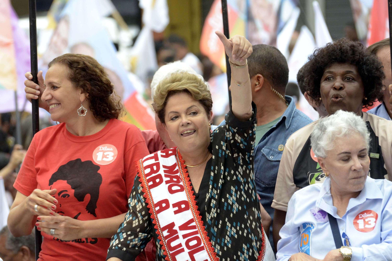 Dilma Rousseff fez campanha pelas ruas da cidade de Duque de Caxias (RJ), nesta quarta-feira (22) Foto: Carlos Arthur/Futura Press