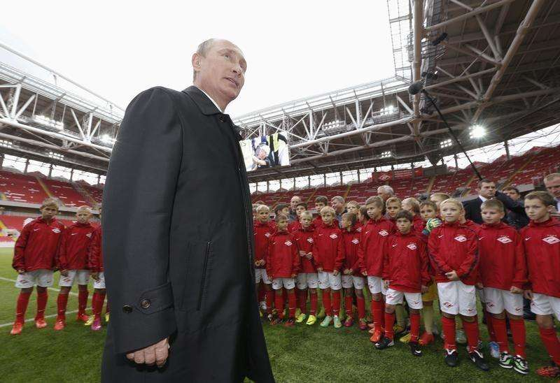 Russian President Vladimir Putin talks to young soccer players during a visit to Spartak's stadium Otkritye Arena in Moscow, August 27, 2014. Foto: Sergei Karpukhin/Reuters