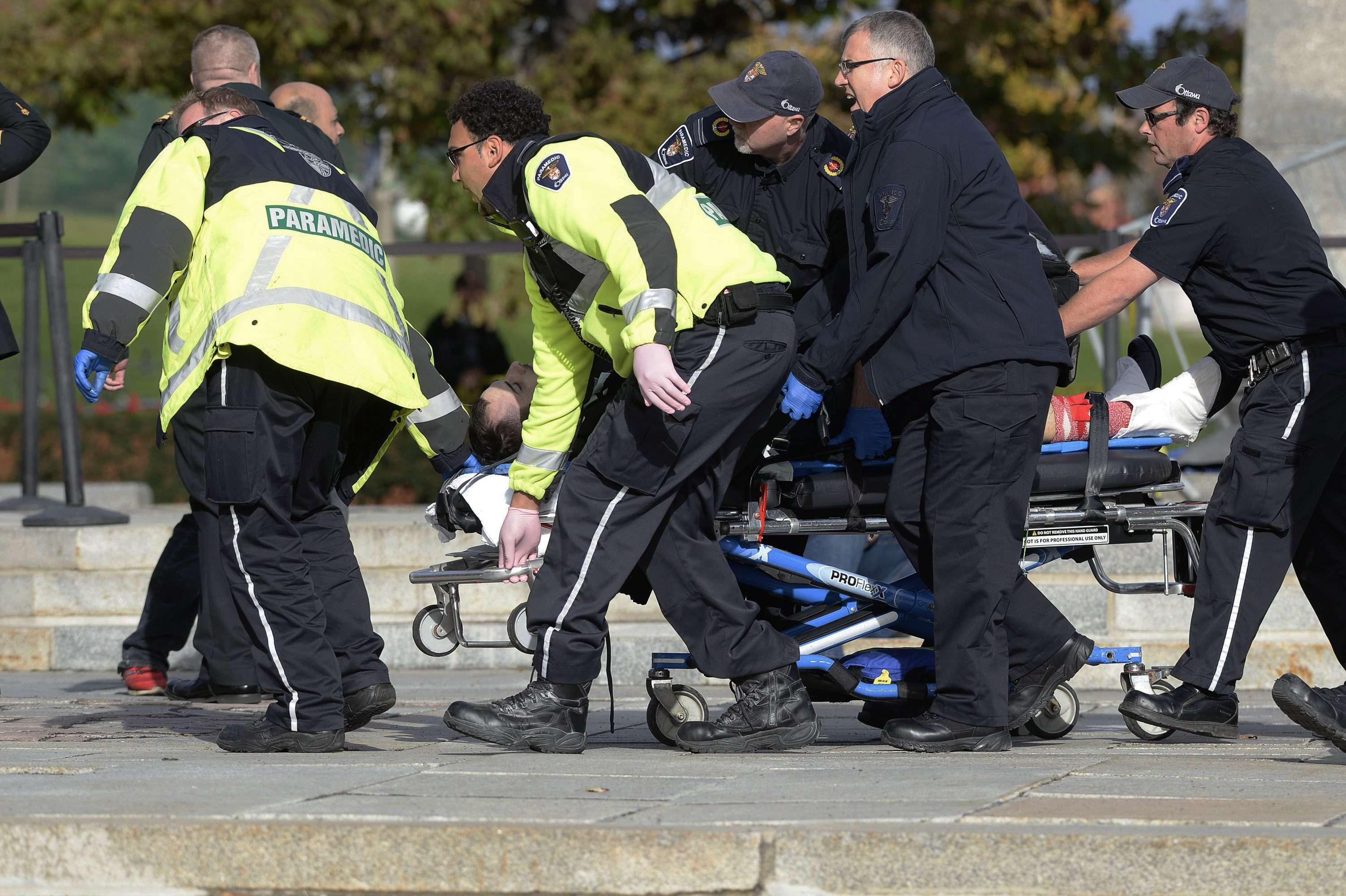 Paramédicos y policías sacan a una víctima del Memorial Nacional de Guerra de Canadá en Ottawa el miércoles, 22 de octubre del 2014. Foto: AP en español