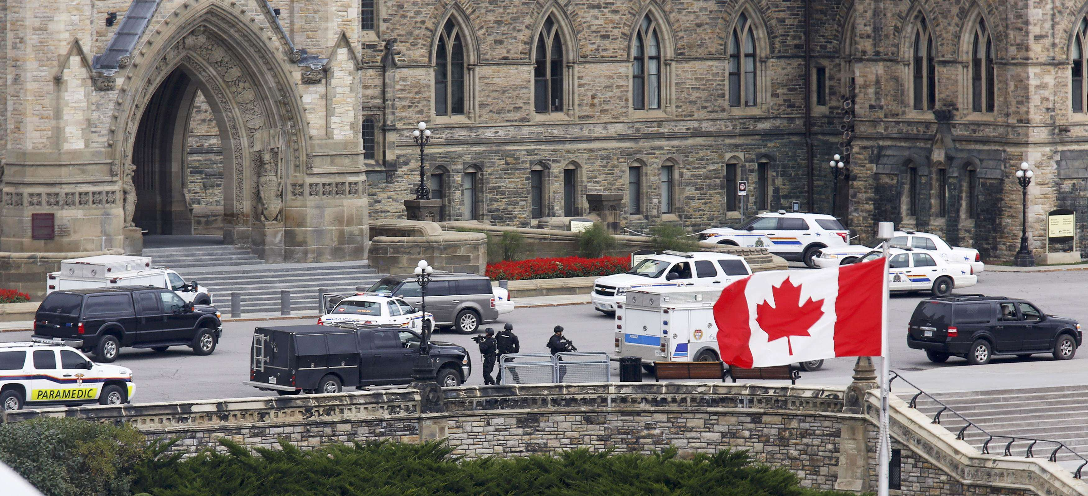 Armed RCMP officers approach Centre Block on Parliament Hilll following a shooting incident in Ottawa October 22, 2014. A Canadian soldier was shot at the Canadian War Memorial and a shooter was seen running towards the nearby parliament buildings, where more shots were fired, according to media and eyewitness reports. REUTERS/Chris Wattie (CANADA - Tags: POLITICS CRIME LAW) Foto: CHRIS WATTIE/REUTERS