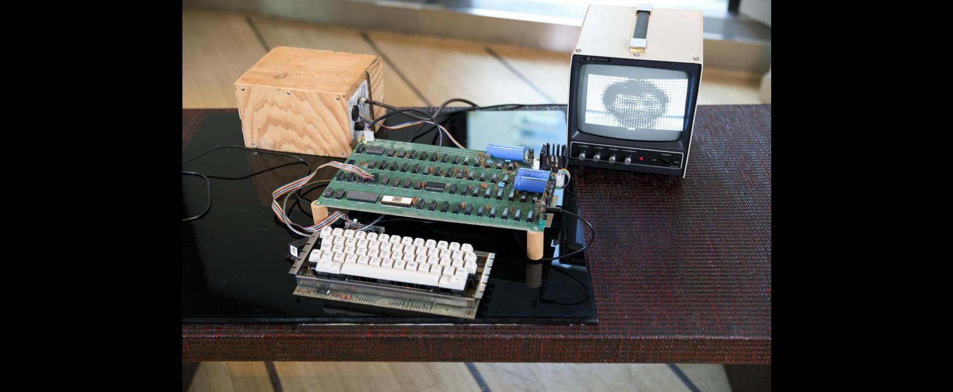 O Apple 1 foi o primeiro computador pessoal pré-montado a ser vendido; 50 unidades do primeiro PC foram feitas a mão por Steve Wozniak Foto: Bonhams/Divulgação