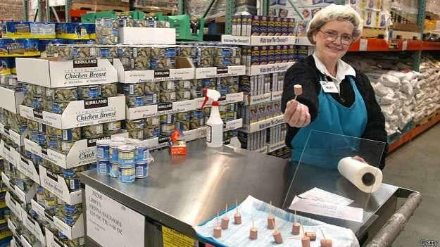 Generalmente nos sentimos obligados a comprar un producto después de que nos regalan una muestra. Foto: BBCMundo.com