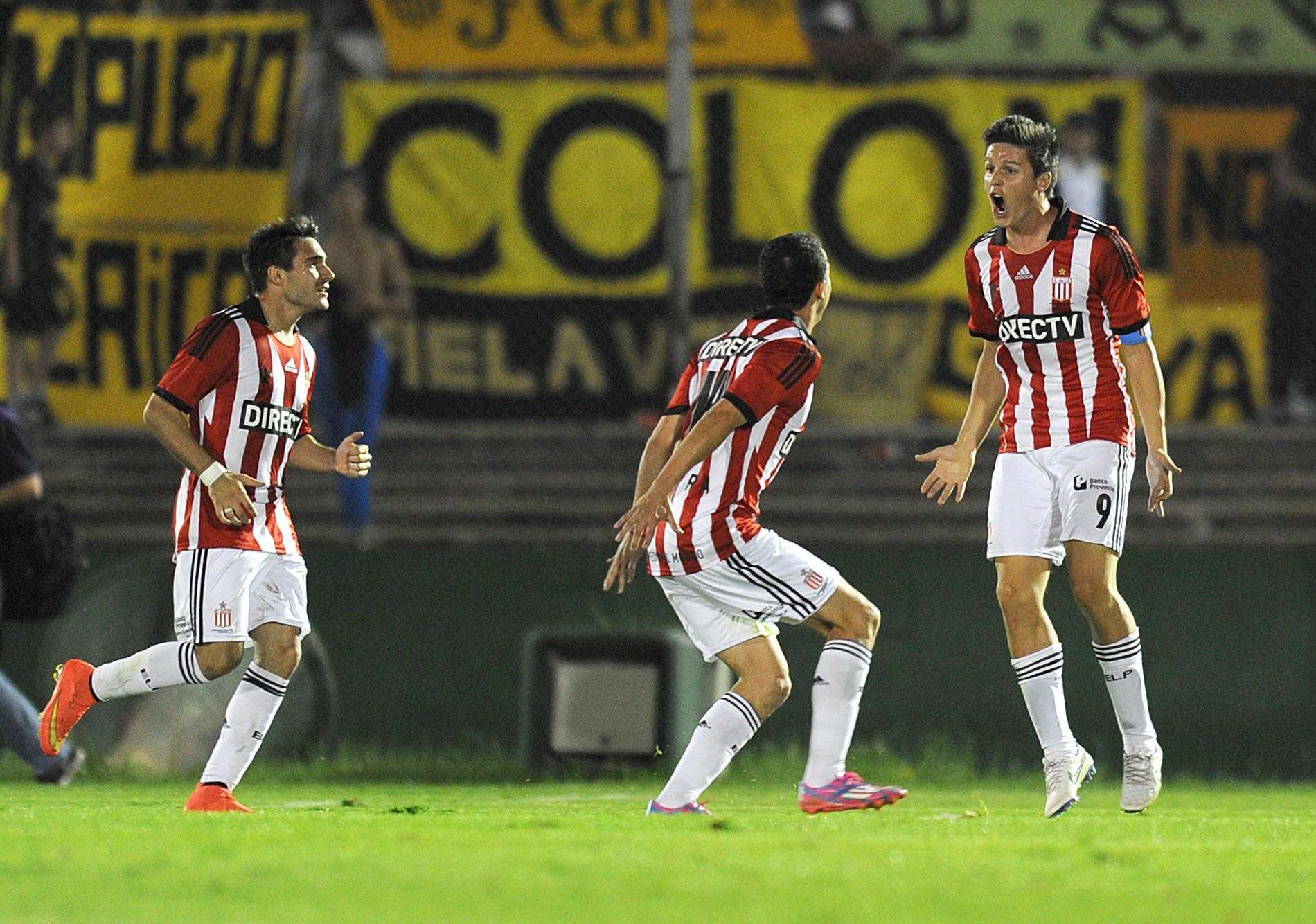 Los jugadores de Estudiantes festejan el pase a cuartos de final en el mítico Centenario. Foto: AFP en español