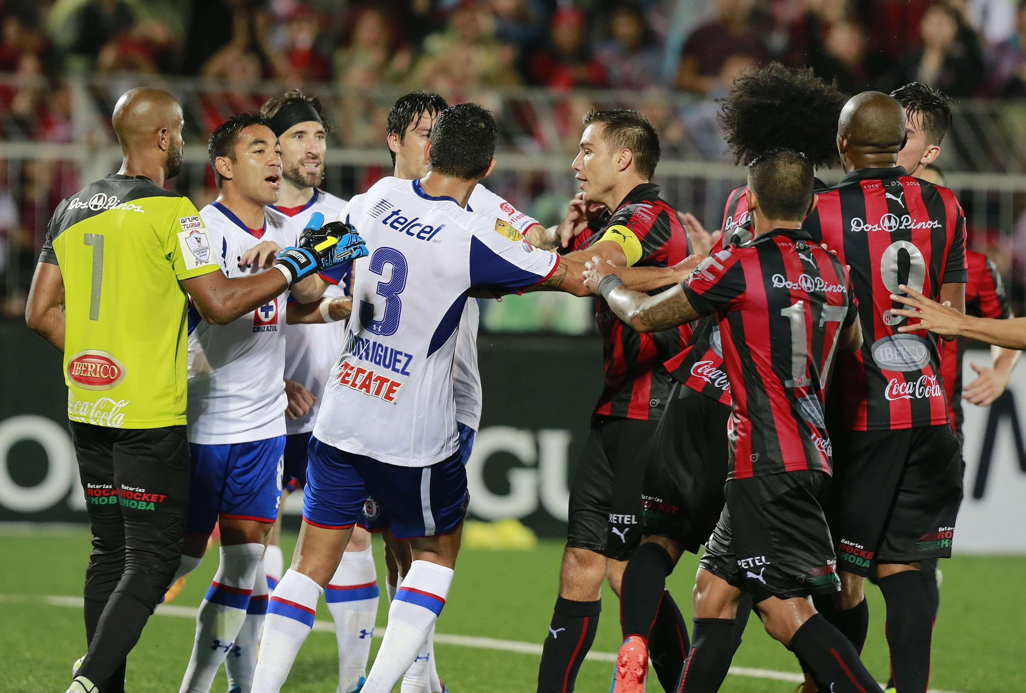 El partido entre Alajuelense y Cruz Azul terminó en bronca. Foto: Mexsport