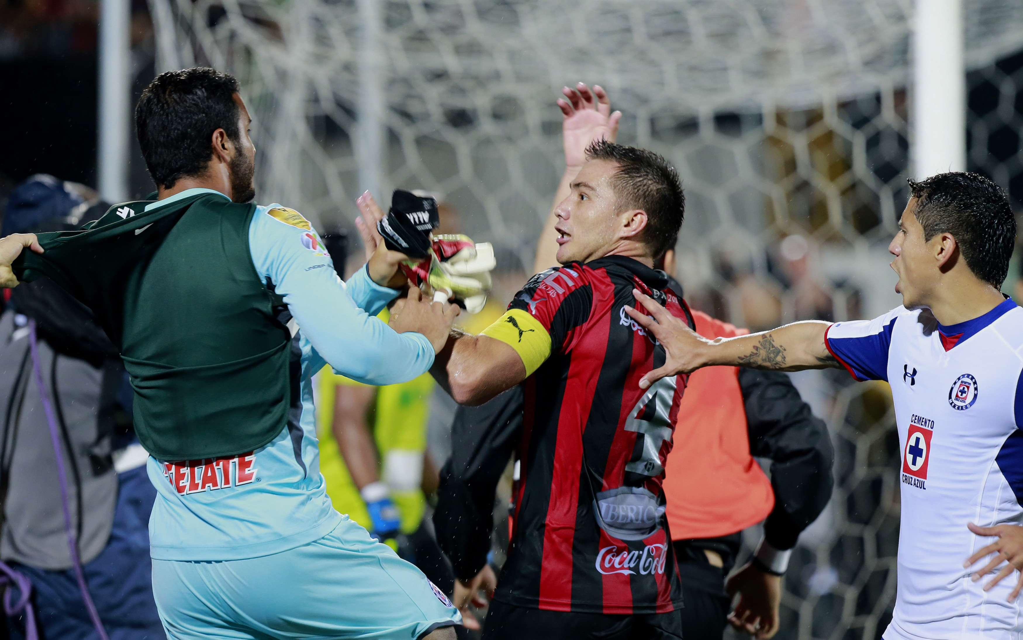 Vendrán fuertes sanciones para jugadores de Cruz Azul y Alajuelense Foto: Mexsport