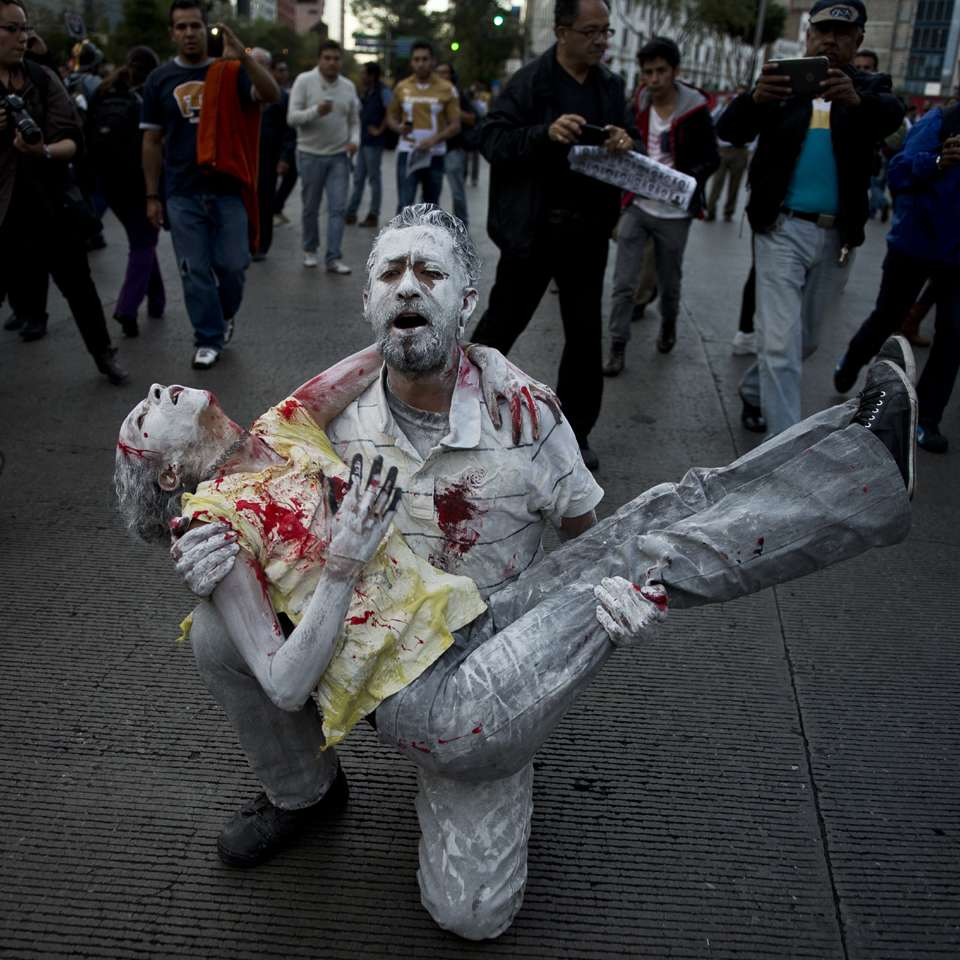 Miles marchan y encienden una luz por normalistas Ayotzinapa Foto: AFP en español