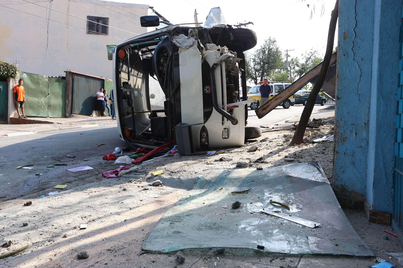 Van tombou após bater em portão na zona sul Foto: Marcos Bezerra/Futura Press
