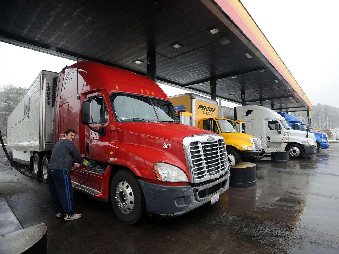 Otros migrantes viajaban escondidos entre la carga del camión. Imagen de ilustración Foto: David Tulis/AP/Archivo
