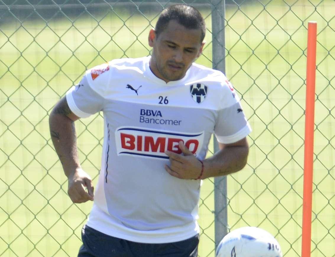 Humberto Suazo se molestó con un grupo de aficionados que se metió al entrenamiento en 'El Barrial'. Foto: Mexsport