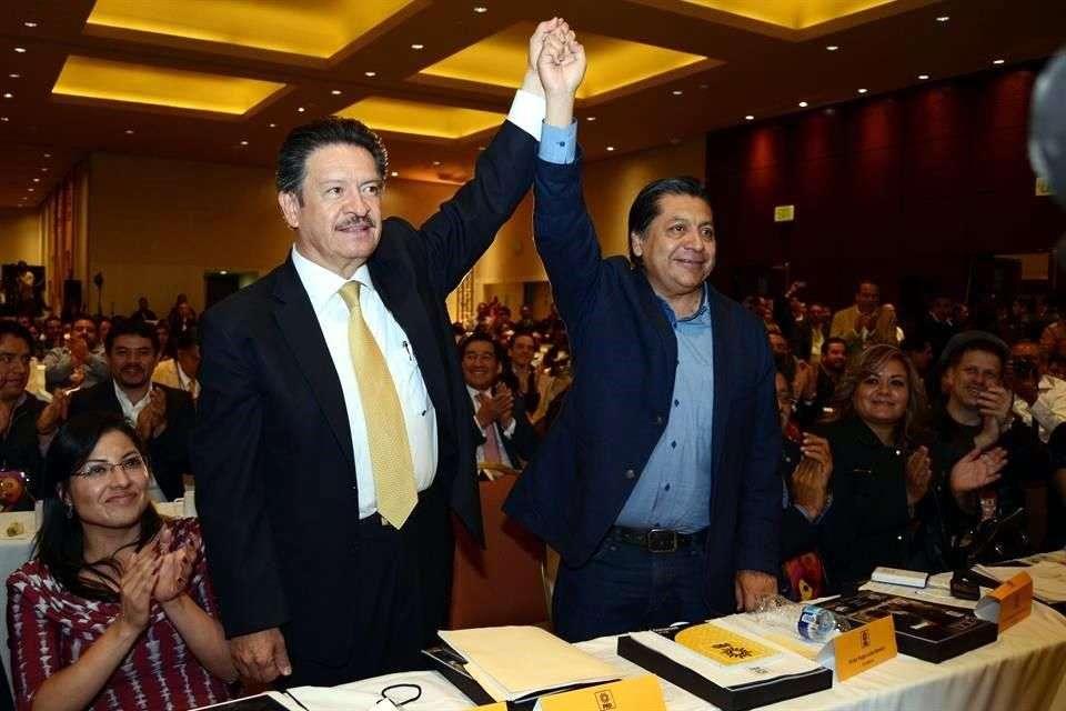 Héctor Bautista y Carlos Navarrete en su elección como secretario general y presidente del PRD a inicios de este mes. Foto: Reforma