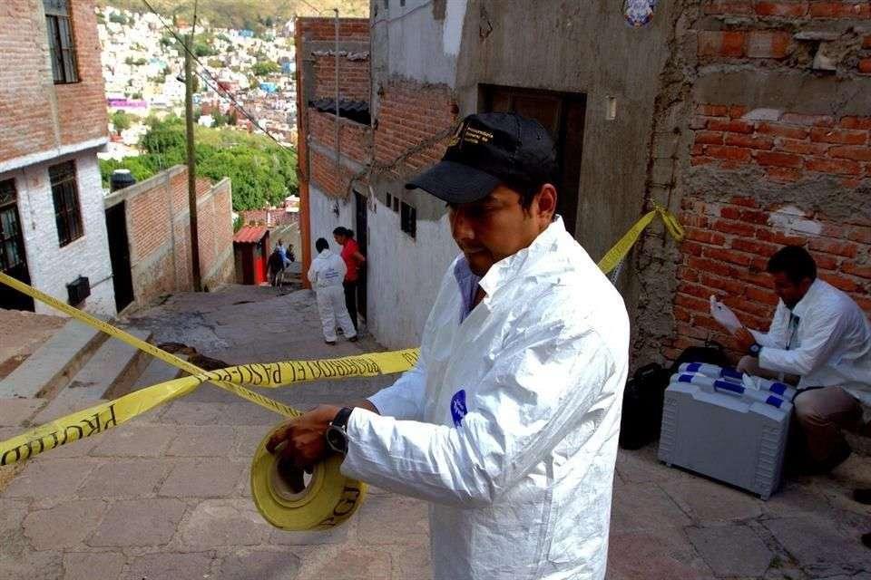 Peritos de la PGJE realizaron una nueva inspección en la vivienda donde se encontró el cuerpo sin vida del universitario en el callejón Peña Grande en Guanajuato. Foto: Reforma