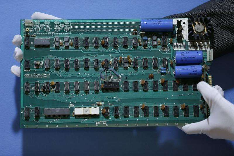 Un trabajador sostiene una computadora Apple-1 en Londres. Imagen de archivo, 28 agosto, 2012. Una de las primeras computadoras de Apple Inc, Apple-1, fue vendida por 905.000 dólares en una subasta en Nueva York el miércoles, superando por lejos las expectativas. Foto: Stefan Wermuth/Reuters