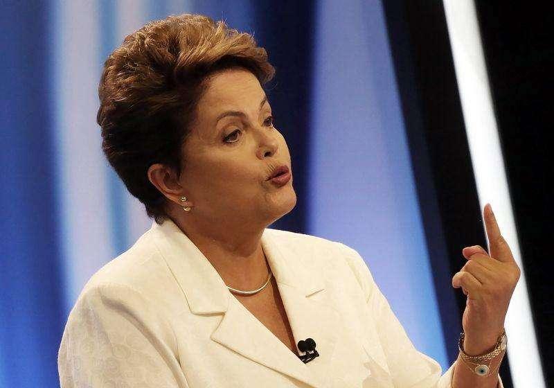 La presidenta de Brasil, Dilma Rousseff, en un evento de campaña en Sao Paulo, oct 20 2014. La presidenta de Brasil, Dilma Rousseff, tiene una clara ventaja de entre seis y ocho puntos porcentuales sobre el candidato opositor Aécio Neves para la segunda vuelta de la elección presidencial el domingo, mostraron el jueves dos sondeos. Foto: Paulo Whitaker/Reuters