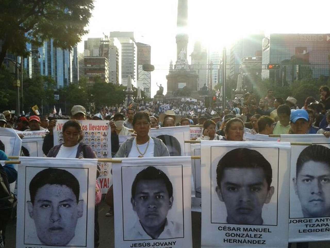 Familiares y compañeros de los 43 estudiantes de la Normal Rural de Ayotzinapa, junto con miles de personas marcharon del Ángel de la Independencia al Zócalo capitalino para exigir la presentación con vida de los jóvenes desaparecidos el pasado 26 de septiembre en Iguala, Guerrero. Foto: @masde131