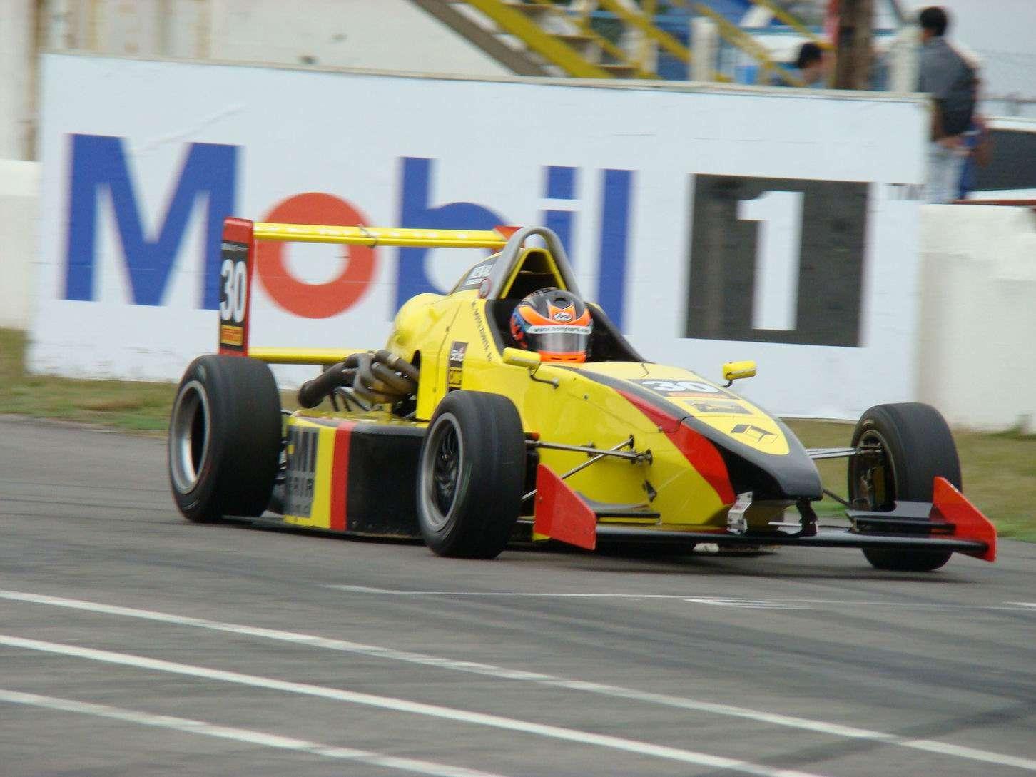 Maximiliano Soto Zurita es un joven piloto chileno de 25 años que actualmente se desempeña en la Fórmula Renault 2.0 en Argentina y que desde sus comienzos forjó su propio camino, siendo autodidacta para ir poco a poco triunfando en su disciplina. Foto: Terra