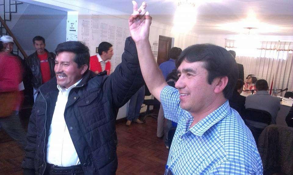 Com a mesma quantidade de votos, os dois candidatos tiraram foto antes de escolherem vencedor por sorteio Foto: Facebook/Reprodução