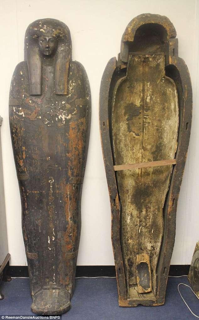 O sarcófago de 1,83 metros era de uma nobre e será leiloado a partir de cerca de R$ 25 mil Foto: Daily Mail/Reprodução