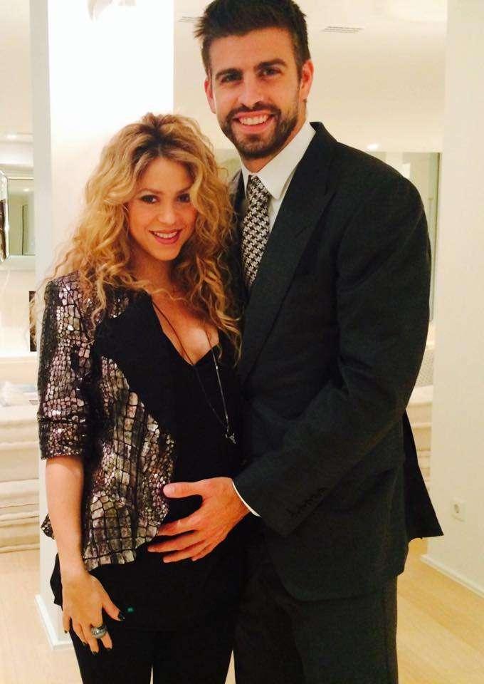 23 de octubre de 2014 - Shakira compartió esta fotografía en sus redes sociales en la que está acompañada de su novio Gerard Piqué. Por primera vez y oficialmente, la cantante mostró feliz su segundo embarazo embarazo. ¡Bellísima! Foto: Facebook Shakira