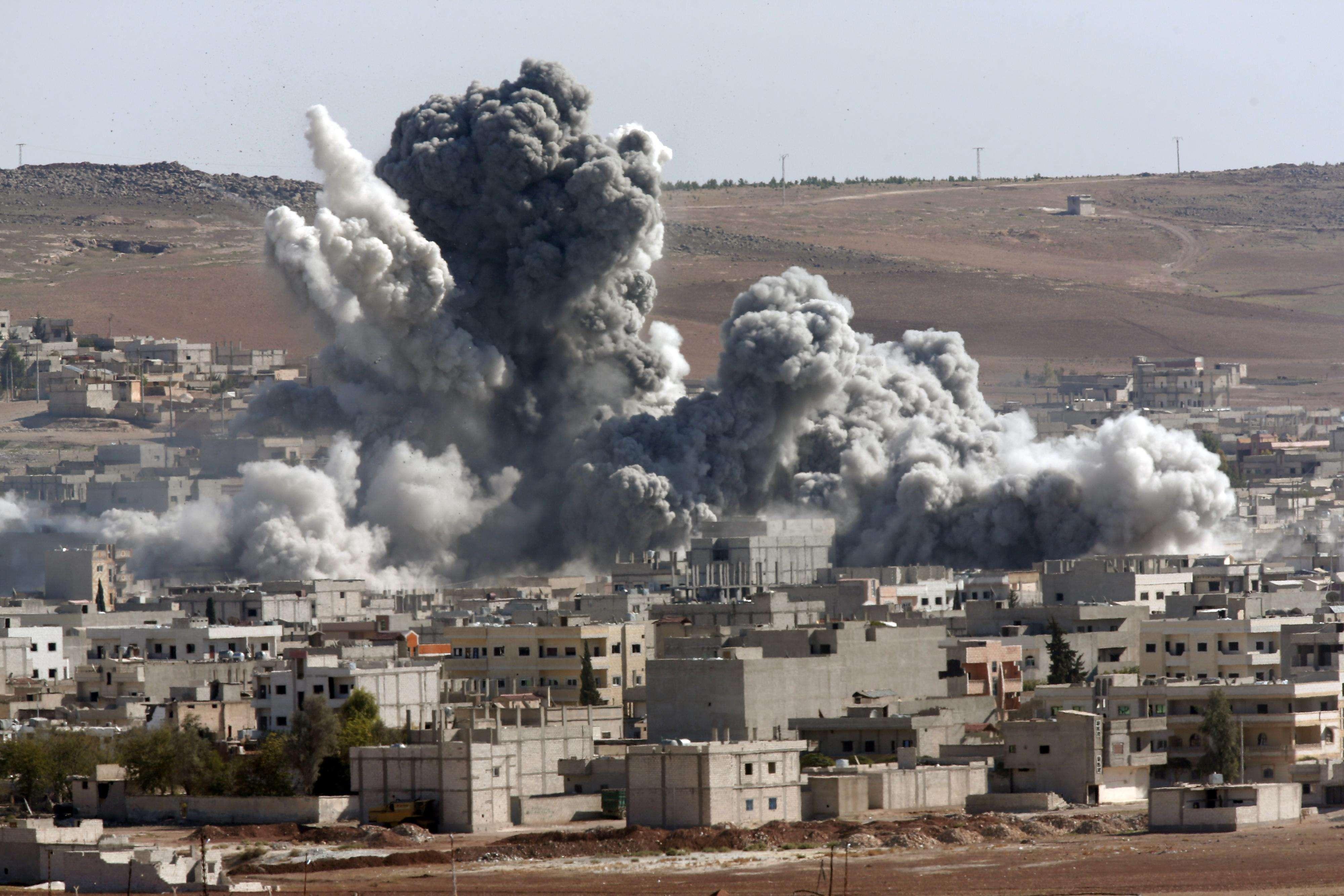 Denso humo alzándose tras un ataque aéreo de la coalición liderada por Estados Unidos en Kobani, Siria. Foto: AP en español