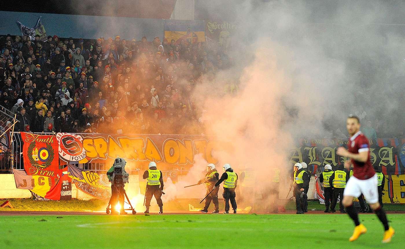 El Slovan Bratislava y el Sparta de Praga tuvo que ser interrumpido durante más de media hora debido a los enfrentamientos entre los aficionados. Foto: Jan Koller/AP