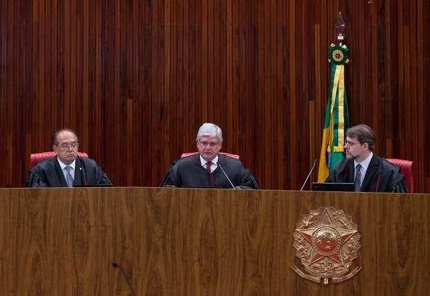 O procurador-geral eleitoral, Rodrigo Janot, entre os ministros Gilmar Mendes (esquerda) e Dias Toffoli (direita) Foto: PGR/Divulgação