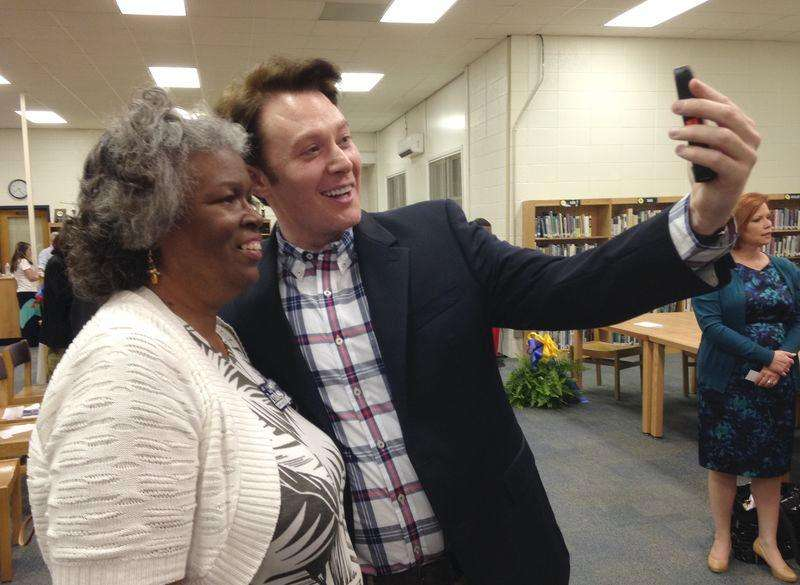 Democratic nominee Clay Aiken takes a pictures with a constituent after a campaign forum in Cary, North Carolina in this April 28, 2014 file photo. Foto: Colleen Jenkins/Reuters
