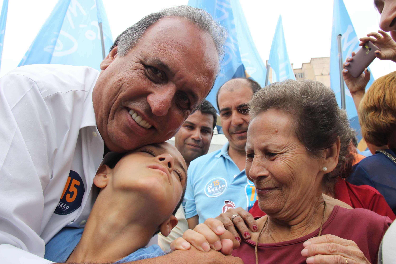 Candidato Luiz Fernando Pezão interage com eleitores em campanha no Rio de Janeiro, no dia 21 de outubro Foto: José Lucena/Futura Press