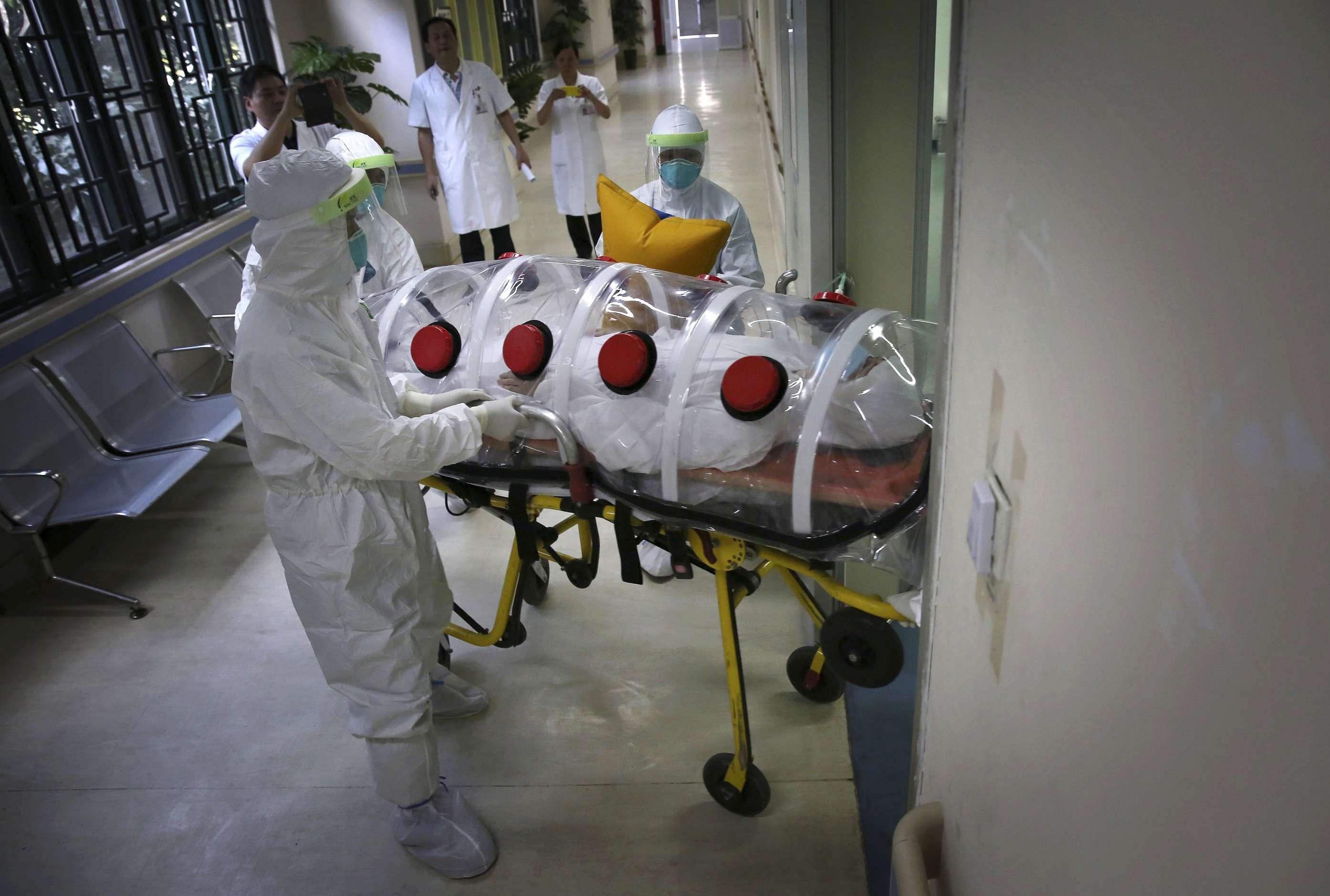 El ébola es una emergencia mundial. En la imagen, procedimientos para manejar pacientes en un hospital de Guangzhou, China, el 16 de octubre de 2014. Foto: Reuters en español