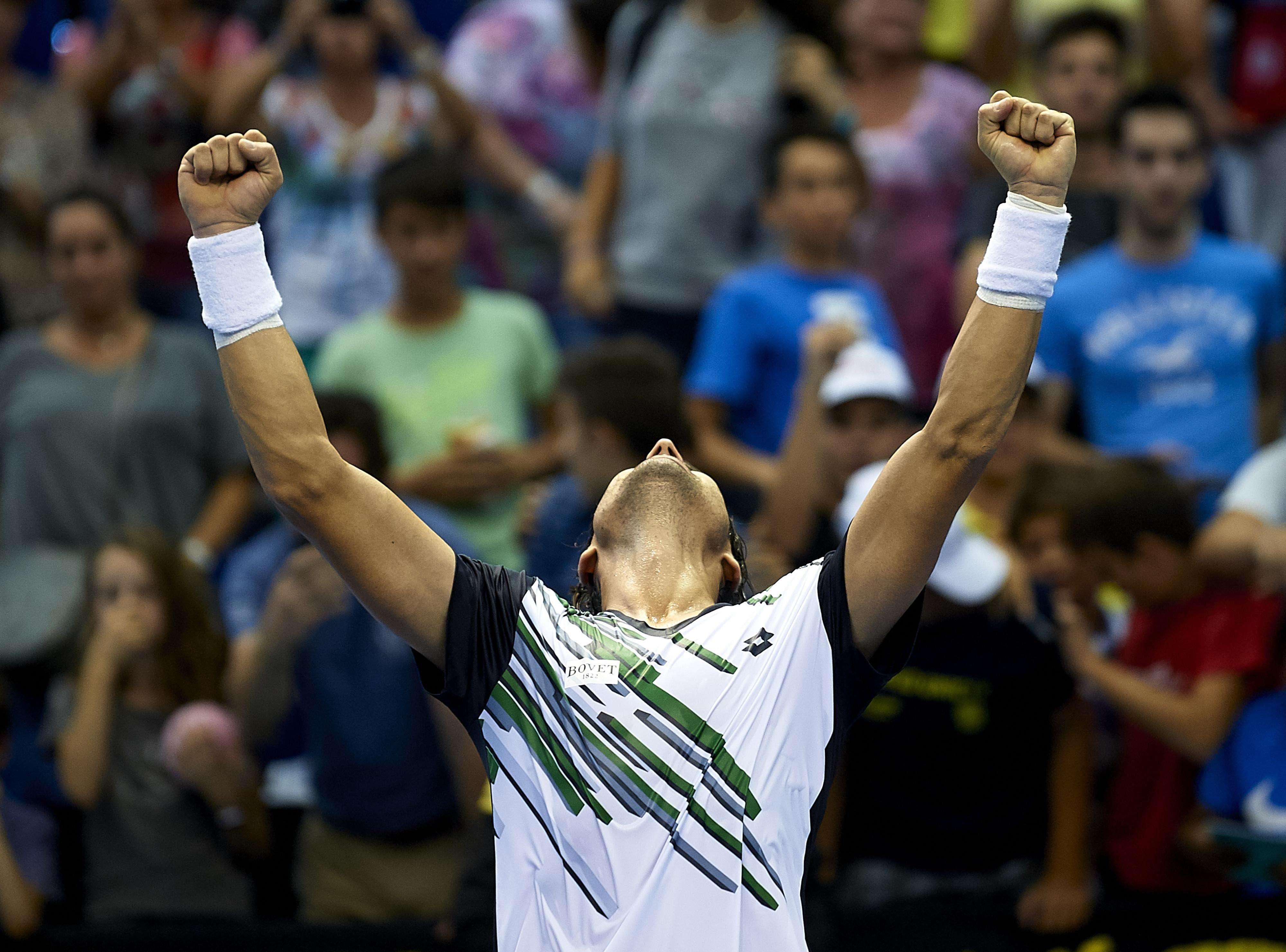 Enorme festejo de David Ferrer con sus compatriotas tras acceder a semifinales en Valencia Foto: Gettyimages