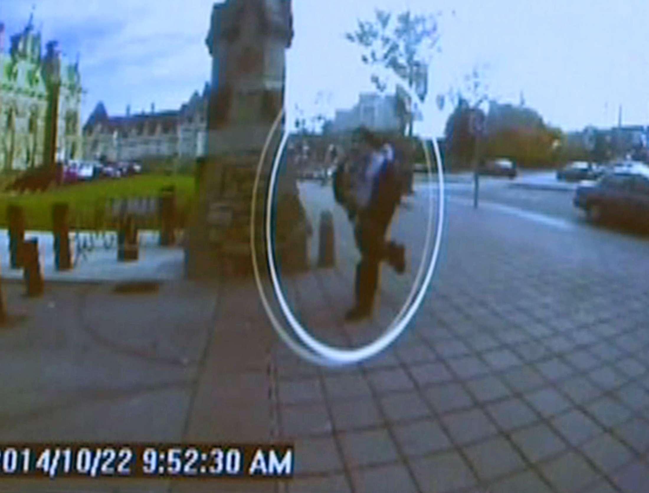 Câmeras de segurança mostram Michael Zehaf-Bibeau entrando no prédio do Parlamento, onde disparou contra militar Foto: CBC/Reuters