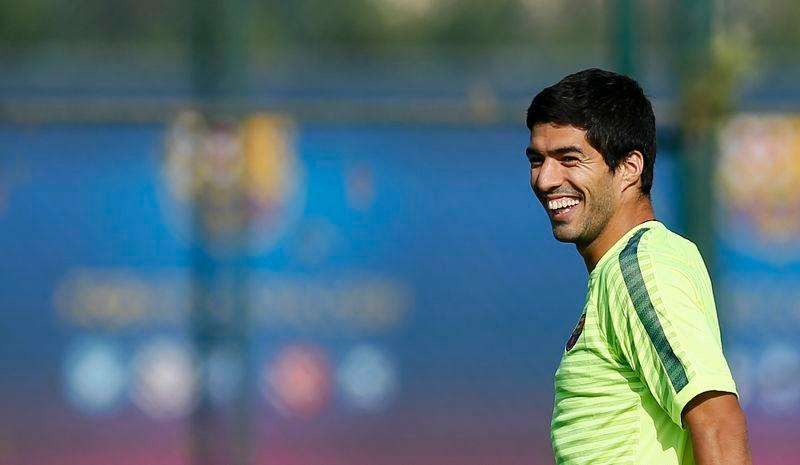 Barcelona's players Luis Suarez smiles during a training session at Joan Gamper training camp, near Barcelona October 20, 2014. FC Barcelona and Ajax will play their Champions league soccer match on Tuesday. Foto: Albert Gea (SPAIN - Tags: SPORT SOCCER)/Reuters