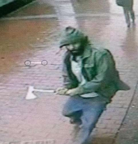 O homem teria atacado policiais e foi morto a tiros Foto: Twitter