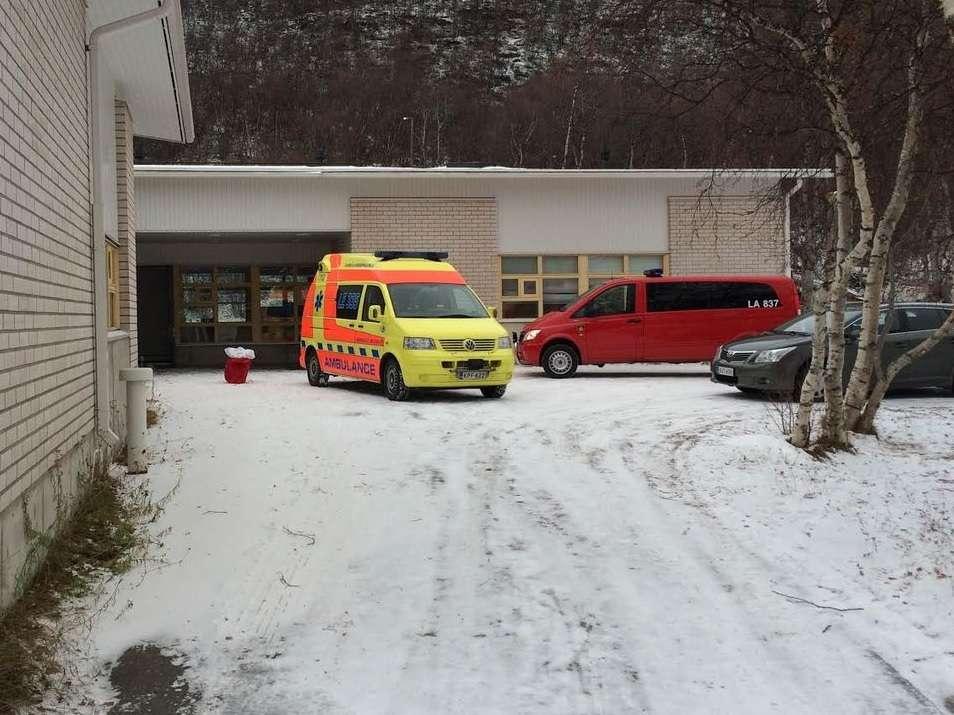 Ambulância é vista em frente ao colégio onde um estudante morreu a facadas Foto: Twitter