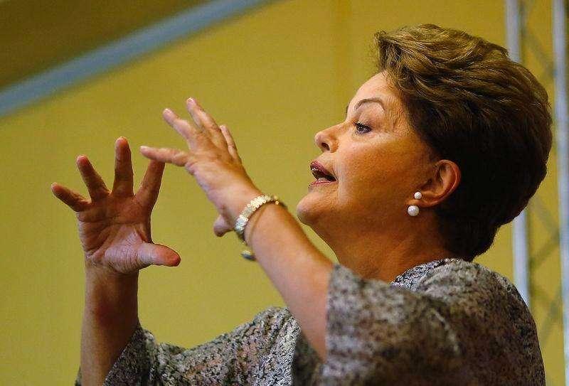 La candidata y actual presidenta de Brasil, Dilma Rousseff, durante una conferencia de prensa en Rio de Janeiro, 23 octubre, 2014. La presidenta Dilma Rousseff parece posicionada para ganar por poco un segundo mandato el domingo, gracias a un leve repunte en la economía y a su éxito al retratar a su rival como un elitista que haría volver a Brasil a épocas más difíciles. Foto: Ricardo Moraes/Reuters