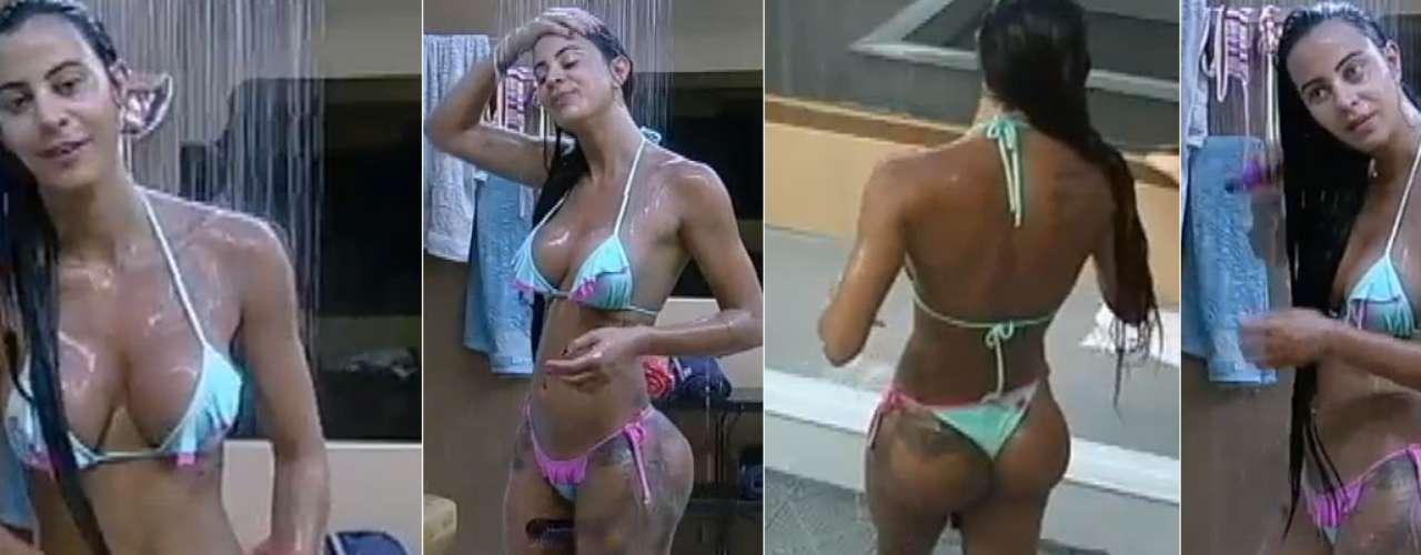 Lorena Bueri exibiu curvas de biquíni Foto: TV Record/Reprodução