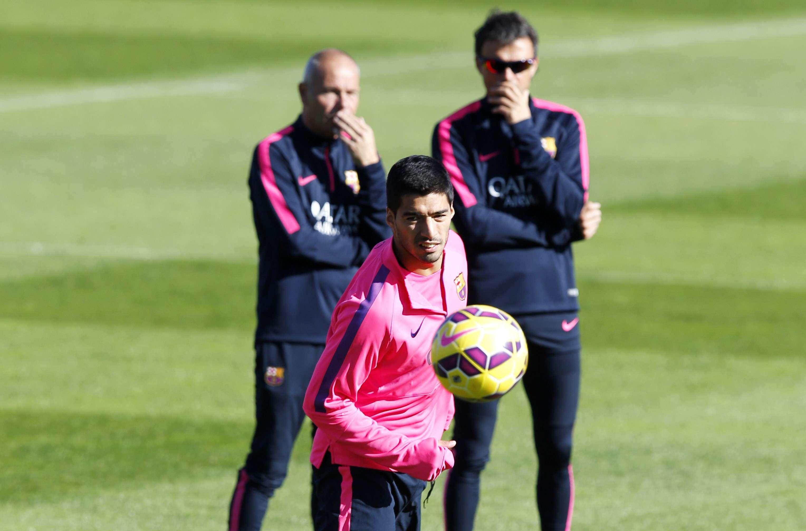 Luis Enrique observa a Luis Suárez mientras entrena. Foto: Reuters en español